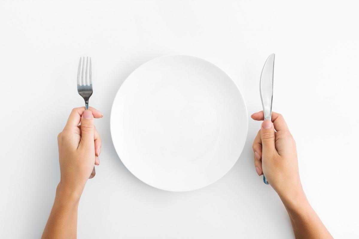 Hấp thu càng ít calo càng tốt: Thực tế, bạn càng ăn ít, nguy cơ bạn mất kiểm soát mà ăn quá độ sau đó lại càng cao. Những người tin vào quan điểm sai lầm rằng ăn càng ít càng tốt thường cảm thấy mệt mỏi, suy nhược vì không đủ năng lượng.