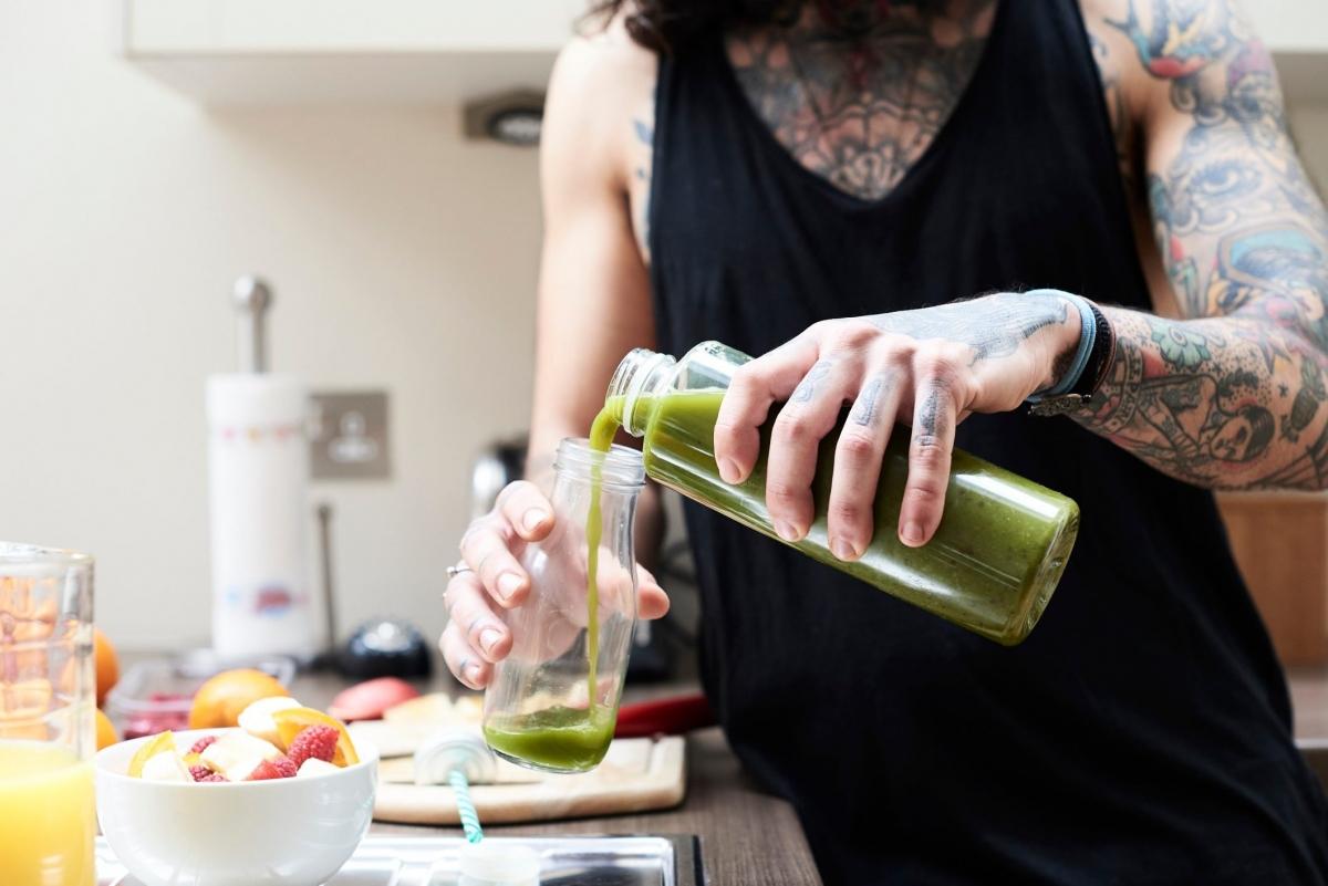"""Thải độc để giảm cân nhanh: Cơ thể bạn tự thải độc 24 giờ mỗi ngày. Cho đến hiện tại, chưa có minh chứng khoa học nào cho thấy các loại nước ép trái cây, sinh tố thảo mộc hay các loại nước """"detox"""" khác có thể giúp cơ thể thải độc."""
