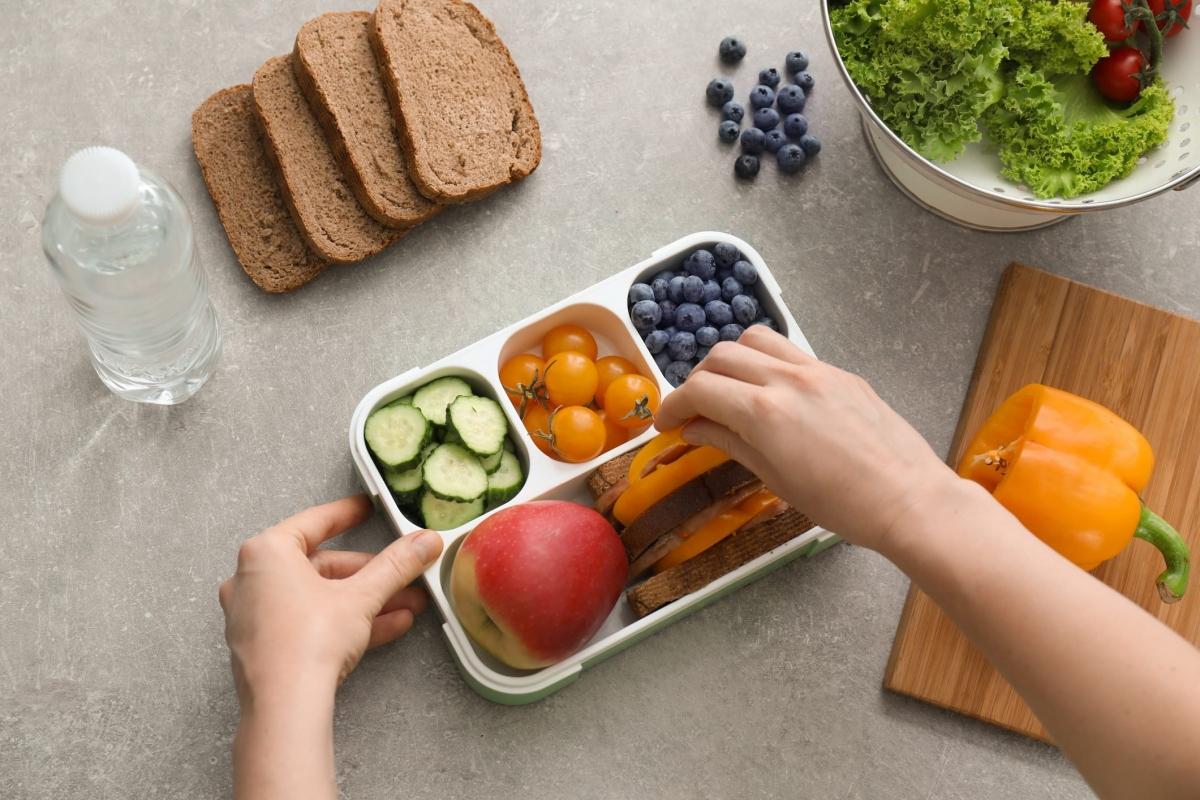 Ăn 6 bữa nhỏ một ngày: Đây không hẳn là một ý tưởng tồi, bởi các bữa ăn nhỏ trong ngày đôi khi có thể giúp bạn duy trì mức đường huyết và giảm cảm giác thèm ăn. Tuy nhiên, nghiên cứu cho thấy việc chia nhỏ các bữa ăn không có tác dụng giảm cân.