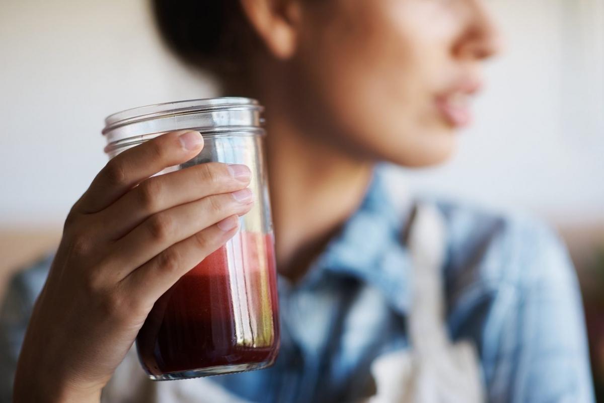 Uống nước ép thay vì ăn: Nước ép trái cây có thể chứa rất nhiều đường và khiến bạn nhanh chóng cảm thấy đói, dẫn đến tình trạng ăn quá độ sau đó. Ngoài hương vị thơm ngon, nước ép hầu như không có tác dụng gì đối với việc giảm cân.