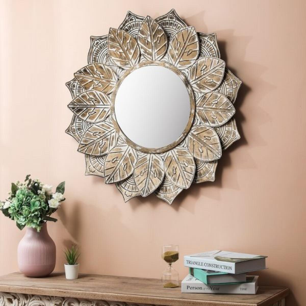 Cảm hứng cổ điển là điểm nổi bật của chiếc gương này.