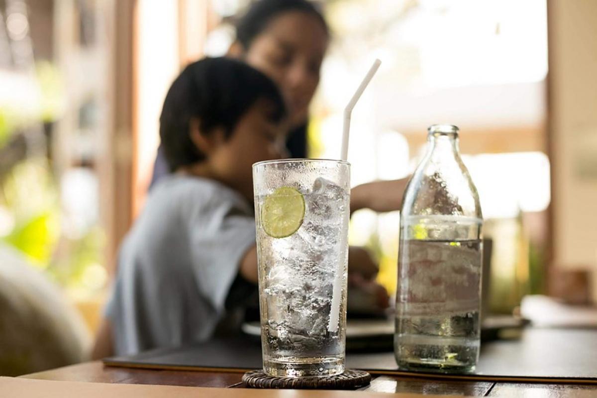 Uống nước trước khi ăn: Việc ăn uống có thể khiến huyết áp giảm, gây ra cảm giác chóng mặt, choáng váng. Đây là một bệnh lý có tên hạ huyết áp sau ăn. Bạn có thể thuyên giảm triệu chứng này bằng cách uống một cốc nước khoảng 15 phút trước khi ăn.
