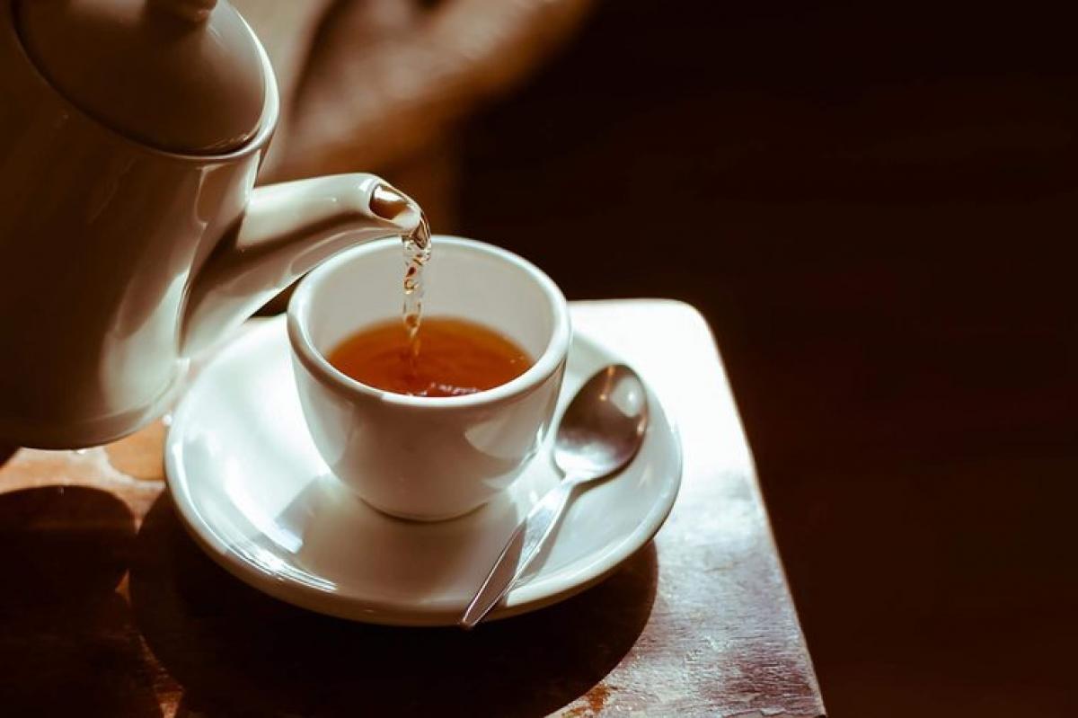 Uống trà gừng: Gừng có thể đem lại rất nhiều lợi ích sức khỏe, bao gồm cả việc giảm triệu chứng say tàu xe. Một nghiên cứu đã cho thấy những người uống gừng dạng viên nén trước khi lên tàu xe ít cảm thấy các triệu chứng say tàu xe hơn người không sử dụng gừng.