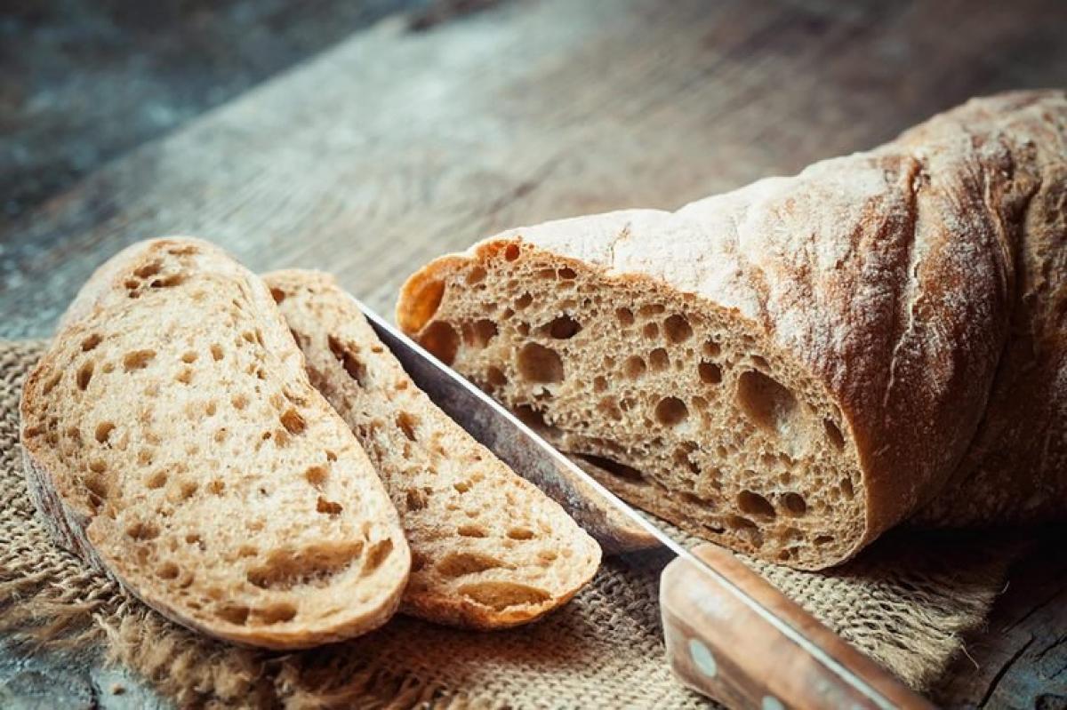 Ăn ngũ cốc nguyên hạt: Các thực phẩm như gạo trắng, khoai và các thực phẩm giàu bột mì tinh luyện và đường có thể khiến đường huyết của bạn tụt nhanh, dẫn đến tình trạng váng đầu, chóng mặt. Để tránh tình trạng này, hãy ăn các thực phẩm giàu chất xơ, cần nhiều thời gian để tiêu hóa như ngũ cốc nguyên hạt hay các loại đậu.