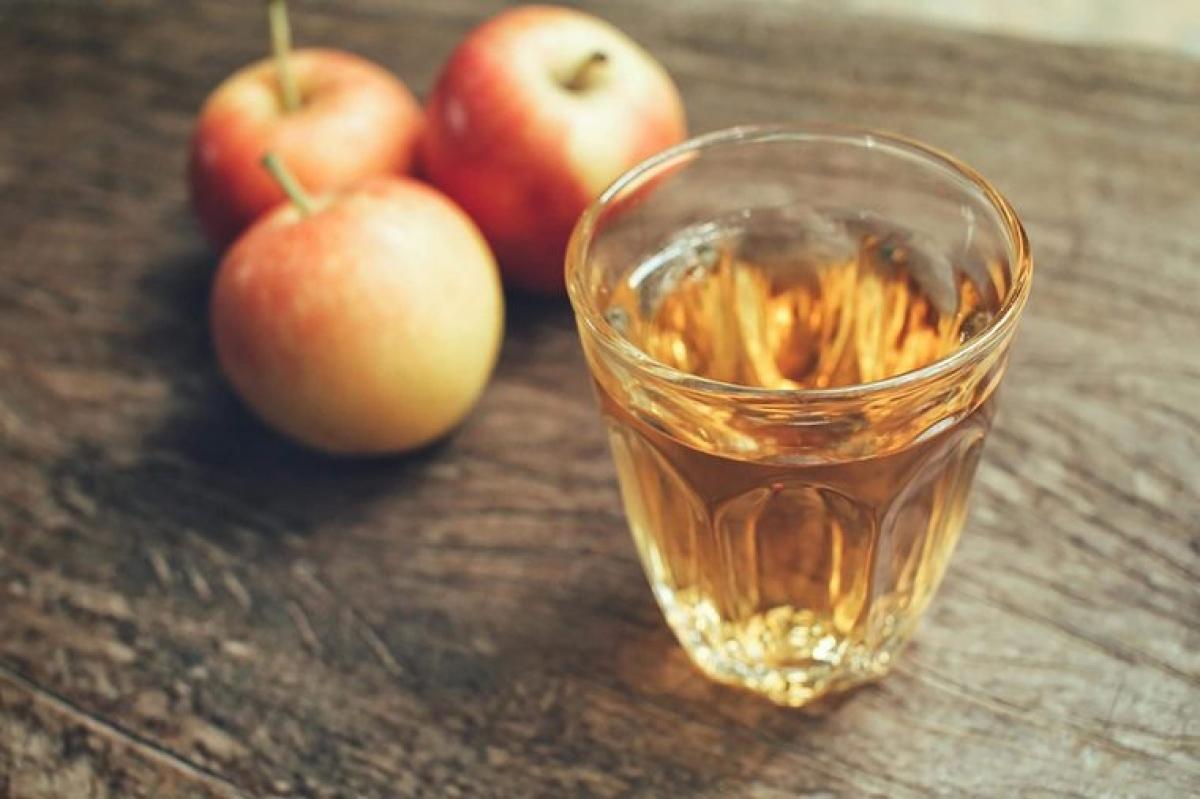 Dùng giấm táo: Một trong những nguyên nhân phổ biến gây chóng mặt là do đường huyết thấp và giấm táo có thể giúp đối phó với vấn đề này. Uống giấm táo giúp giữ mức đường huyết ổn định sau khi ăn. Tuy nhiên, nếu bạn bị tiểu đường, hãy trao đổi với bác sĩ trước khi áp dụng phương pháp này.