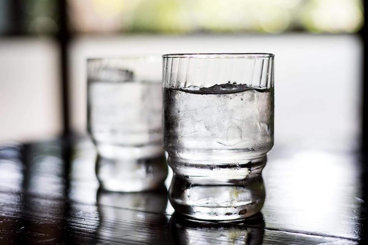 Uống đủ nước: Cảm giác chóng mặt khi đứng lên nhanh sau khi ngồi quá lâu là một bệnh lý có tên là hạ huyết áp tư thế đứng, gây ra bởi sự tụt huyết áp khi thay đổi tư thế đột ngột. Tình trạng này thường là do thiếu nước, vậy nên bạn hãy uống đủ nước trong ngày.