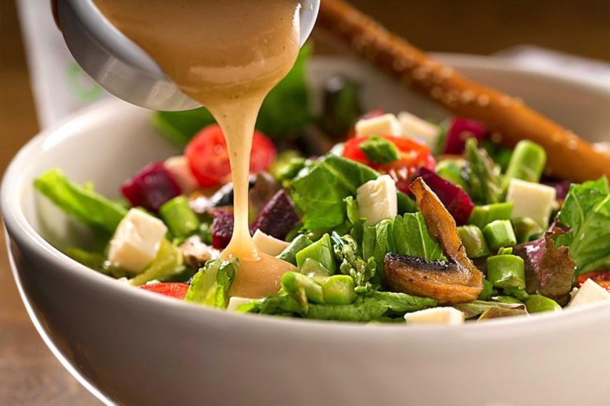Các loại sốt salad không béo: Bạn không cần phải quá cẩn trọng khi chọn các loại dầu và sốt cho salad của mình, vì các loại sốt không béo chỉ khiến bạn nhanh thấy đói hơn. Bạn nên trộn salad với dầu ô-liu, vì loại dầu này không những giàu các chất béo có lợi, mà còn giúp bạn hấp thu các dưỡng chất hiệu quả hơn./.