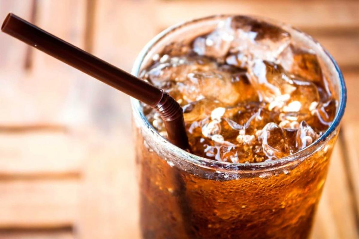 """Thức uống có ga không đường (diet soda): Diet soda tưởng chừng như vô hại, vì chúng """"không đường"""" và """"không calo"""", nhưng thực chất sử dụng diet soda có thể gây phản tác dụng. Các thức uống này chứa các chất làm ngọt nhân tạo có thể khiến bạn thèm ăn hơn."""