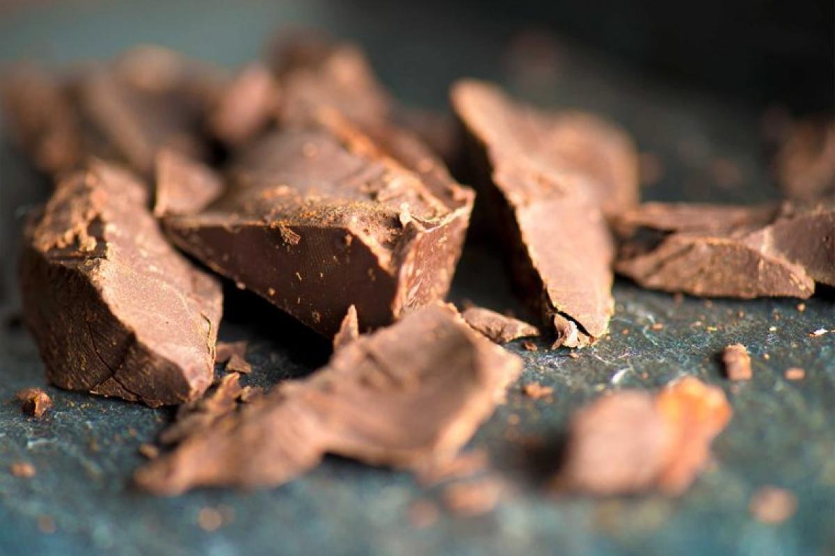 Sô-cô-la sữa: Sô-cô-la đen thì tốt cho sức khỏe của bạn, nhưng sô-cô-la sữa thì không. Thành phần chủ yếu của sô-cô-la là đường, do đó ăn loại thực phẩm này sẽ khiến đường huyết của bạn tăng nhanh rồi giảm nhanh, gây cảm giác thèm ăn nhanh chóng.