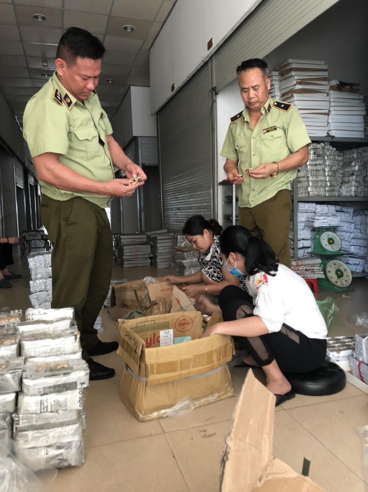 Đội quản lý thị trường số 1, Cục QLTT Quảng Ninh kiểm tra hàng hóa tại thành phố Móng Cái.