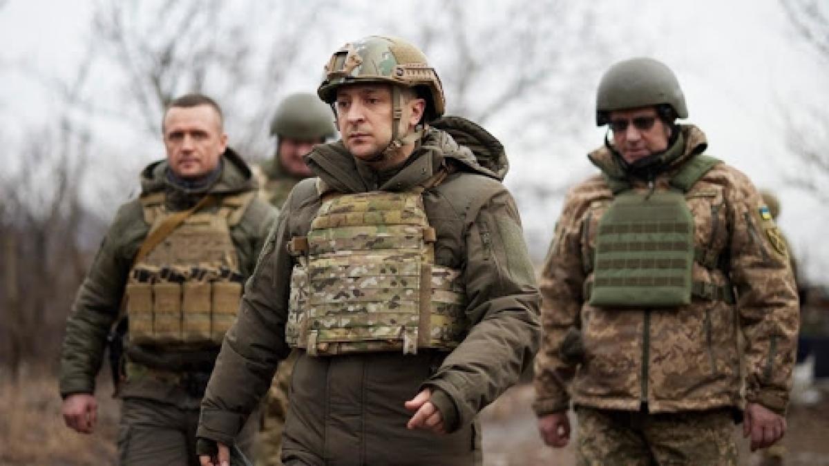 Tổng thống Ukraine Volodymyr Zelensky (chính giữa) thăm vùng chiến sự Donbass vào tháng 2/2021. Ảnh: AP