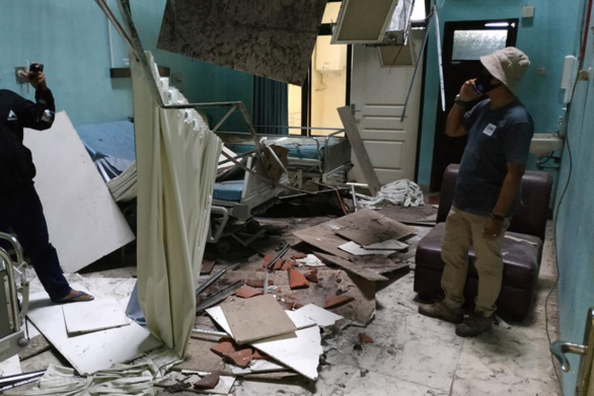 Đống đổ nát tại một bệnh viện ở thành phố Malang sau trận động đất ngày 10/4. Ảnh: AFP