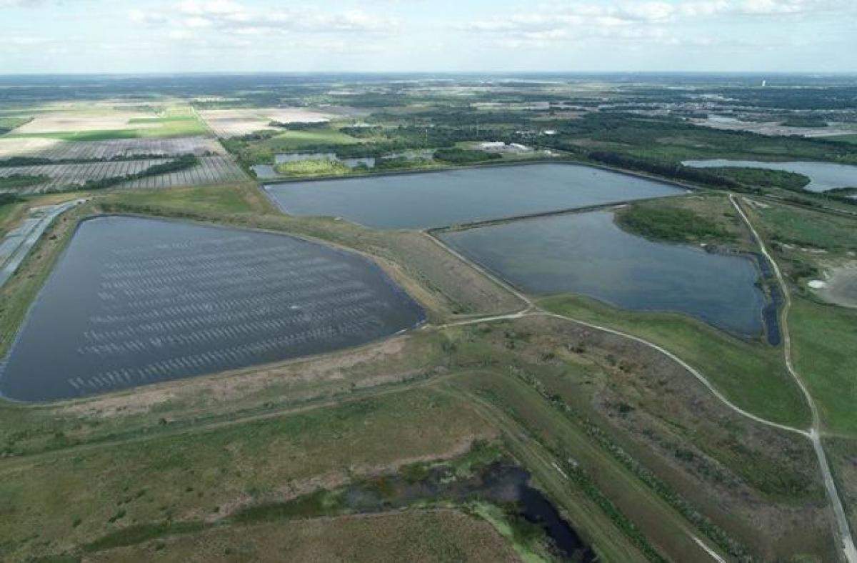 """Hồ chứa nước thải bị rò rỉ ở Florida có nguy cơ tạo """"bức tường nước"""" cao hơn 6m nếu vỡ đập. Ảnh: Reuters"""