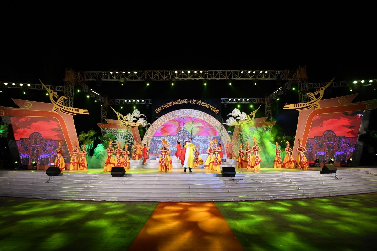 """Chương trìnhnghệ thuật """"Linh thiêng nguồn cội - Đất Tổ Hùng Vương"""" đã diễn ra vào tối 20/4 (tức mùng 9/3 Âm lịch) tại thành phố Việt Trì, Phú Thọ."""