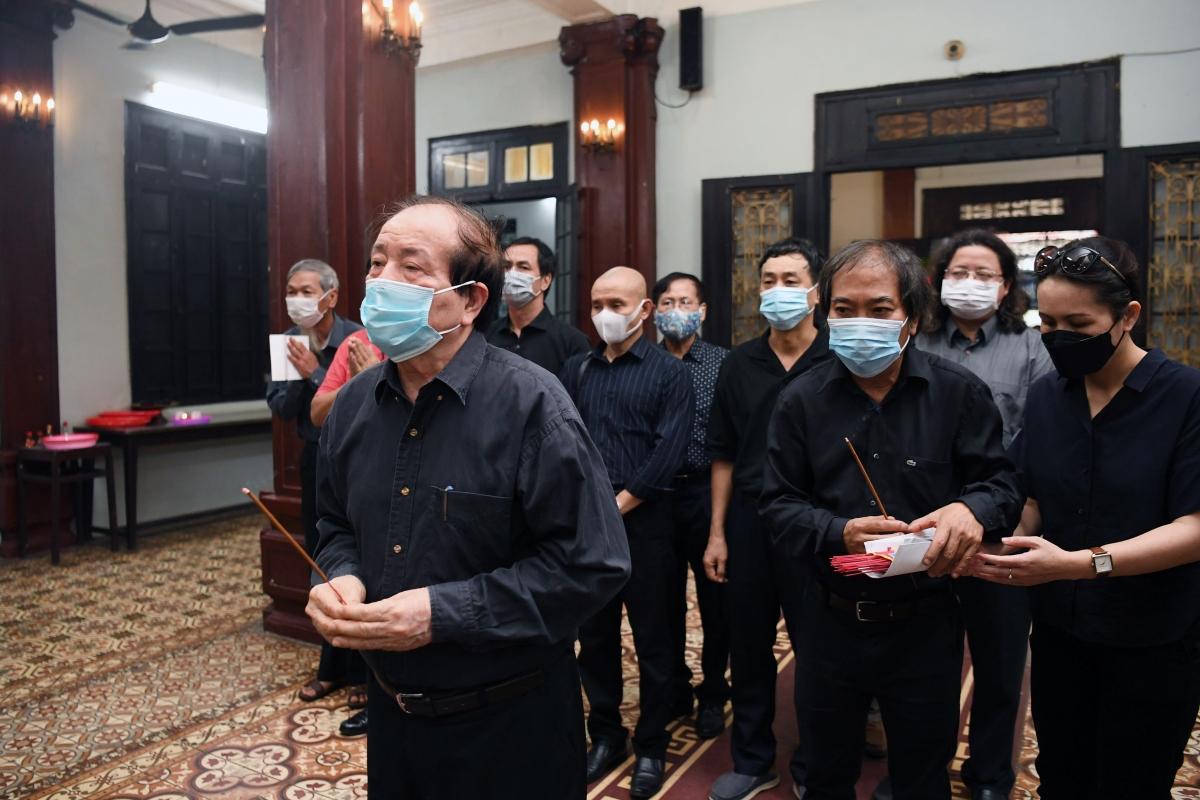 Chủ tịch và nguyên Chủ tịch Hội nhà văn Việt Nam - Nguyễn Quang Thiều và Hữu Thỉnh vào viếng.