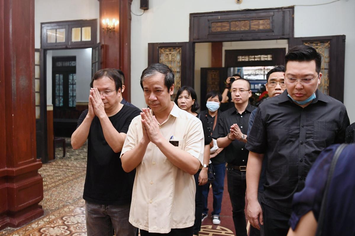 Bộ trưởng Bộ Giáo dụcvà Đào tạo Nguyễn Kim Sơn đến tiễn đưa nhà thơ Hoàng Nhuận Cầm về nơi an nghỉ cuối cùng.