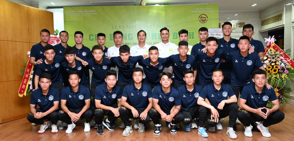 HLV Quốc Vượng và các cầu thủ Hoa Binh FC.
