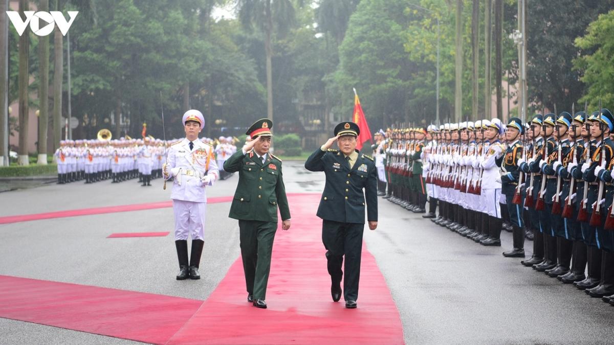 Trước đó, chiều 24/4, Đoàn đại biểu Bộ Quốc phòng Việt Nam dự Giao lưu hữu nghị quốc phòng biên giới Việt Nam - Trung Quốc lần thứ 6 năm 2021. Trong ảnh:Bộ trưởng Quốc phòng Việt Nam Phan Văn Giang và Bộ trưởng Quốc phòng Trung Quốc Ngụy Phượng Hòa duyệt đội danh dự.