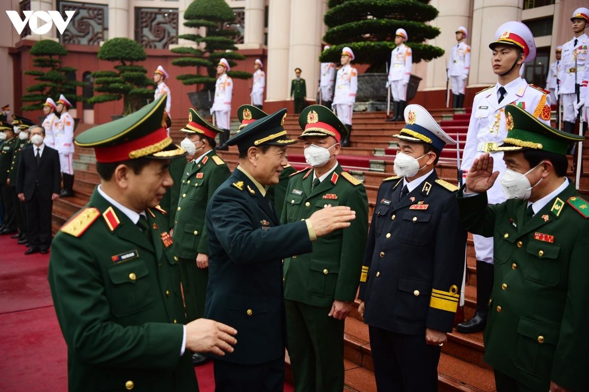 Thượng tướng Phan Văn Giang giới thiệu với Thượng tướng Ngụy Phượng Hòa các thành viên trong đoàn đại biểu cấp cao Bộ Quốc phòng tiến hành hội đàm.