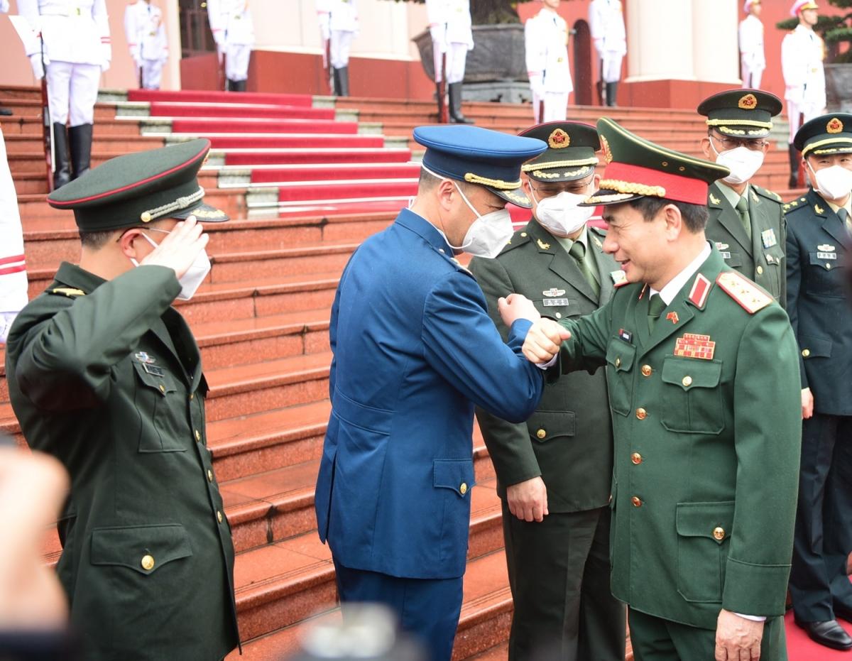 Thượng tướng Phan Văn Giang chào xã giao các thành viên trong đoàn đại biểu cấp cao Bộ Quốc phòng Trung Quốc.