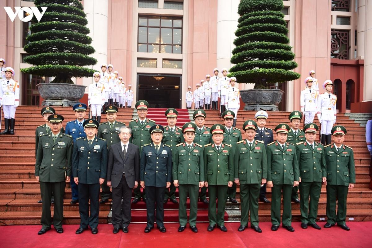Tình hình biên giới trên đất liền giữa hai nước đã giữ được ổn định, hòa bình, hợp tác và phát triển, đường biên giới và hệ thống mốc quốc giới cũng như trật tự, an toàn khu vực biên giới được giữ vững. Trong ảnh: Hai đoàn đại biểu cấp cao Bộ Quốc phòng Việt Nam - Trung Quốc chụp ảnh lưu niệm.