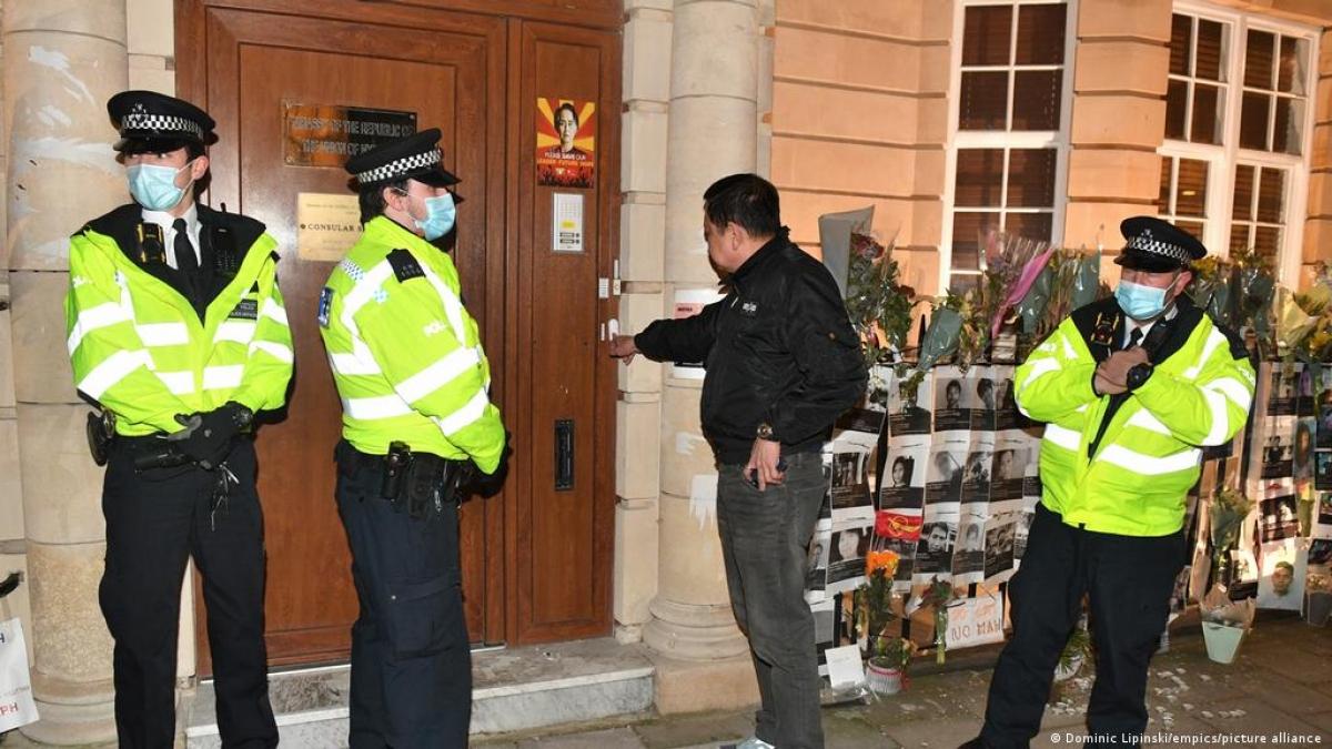 """Đại sứ Myanmar tại Anh bị """"nhốt"""" bên ngoài tòa nhà đại sứ quán. Ảnh: DW"""