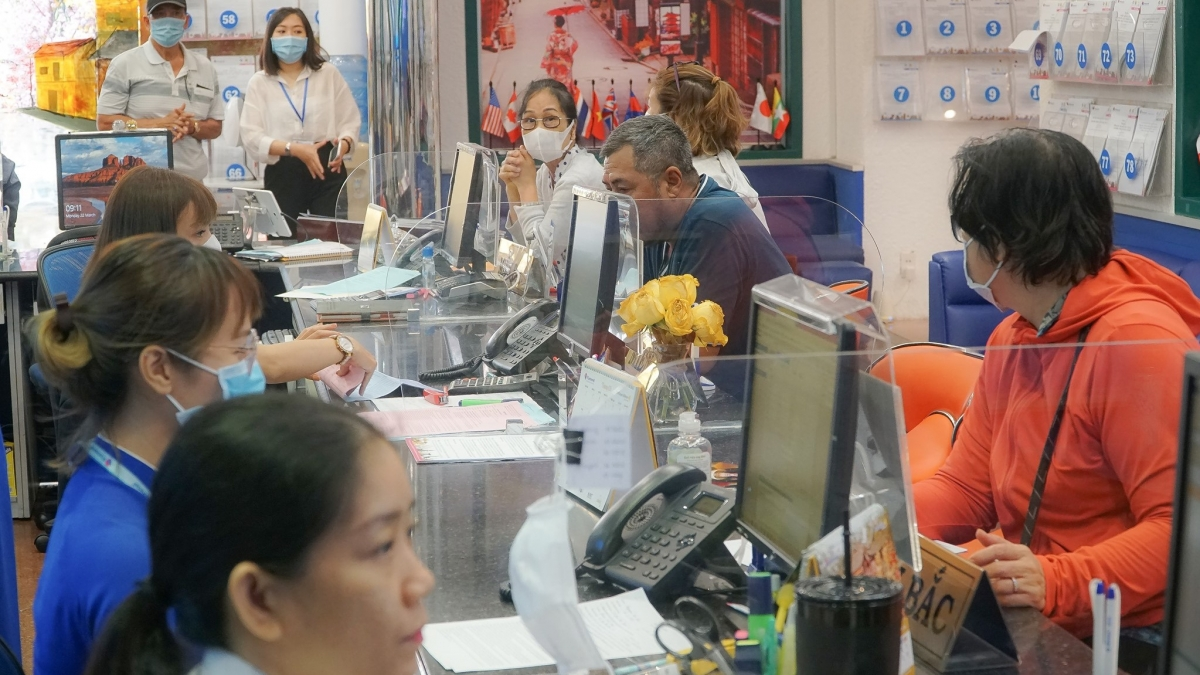 Lượng khách đến đặt tour tại các công ty du lịch lữ hành hiện nay khá đông.