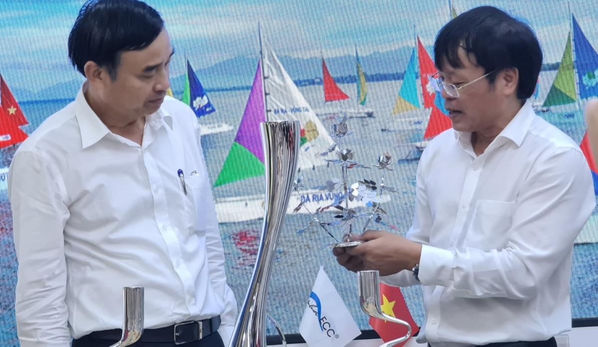 Lãnh đạo Đà Nẵng và lãnh đạo Vũng Tàu Marina tại buổi làm việc hôm 16/4 về chuyển giải đua thuyền buồm Bà Rịa - Vũng Tàu về Đà Nẵng.