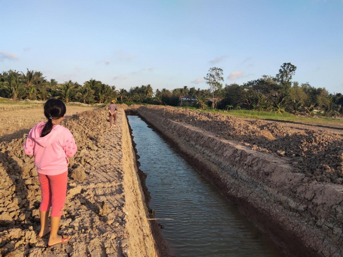 Các ao, kênh mới đào ở vùng nông thôn khá sâu rất nguy hiểm đối với trẻ em. (Ảnh minh họa)