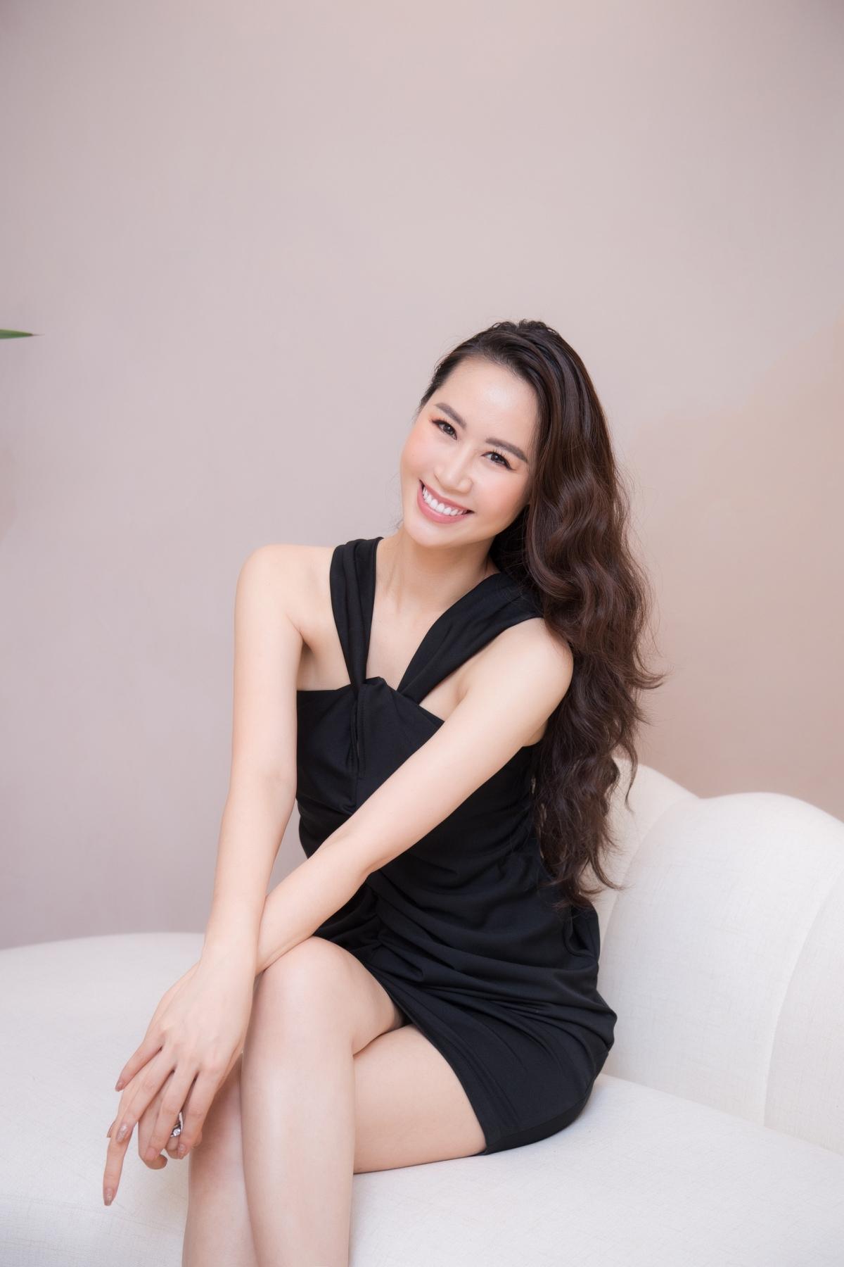 Có mặt tại sự kiện từ sớm, Hoa hậu Dương Thùy Linh thu hút sự chú ý với đầm đen bó sát.