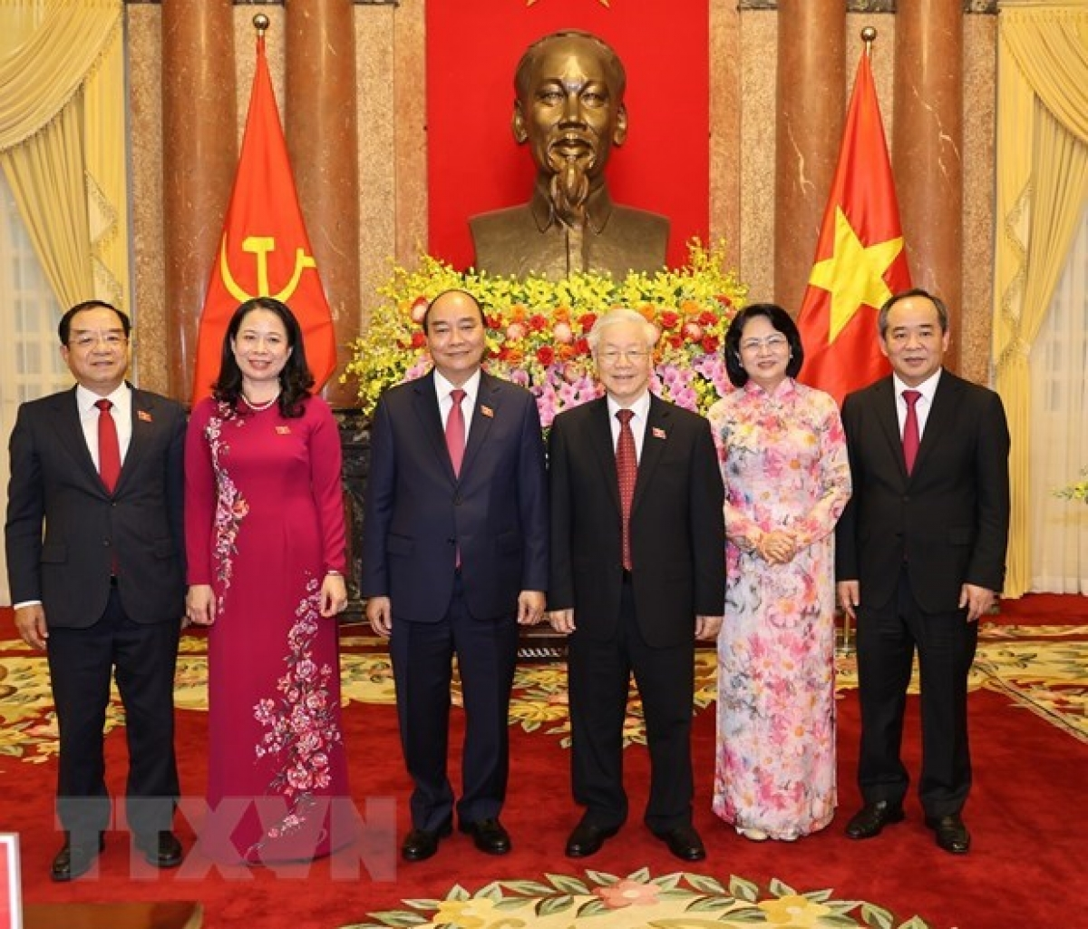 Party General Secretary and former President Nguyen Phu Trong (third, right), former Vice PresidentDang Thi Ngoc Thinh(second, right), President Nguyen Xuan Phuc (third, left), Vice President Vo Thi Anh Xuan (second, left), and other officials at the duty handover ceremony on April 6 (Photo: VNA)