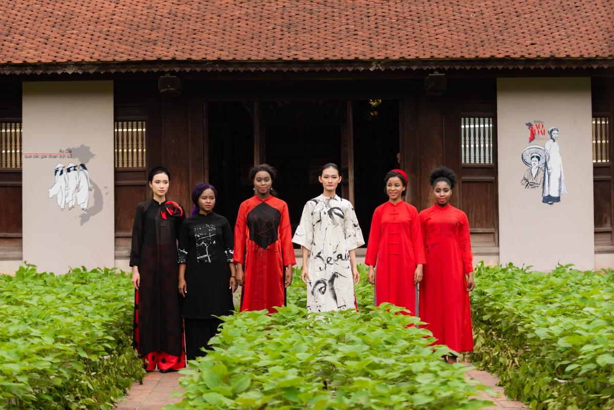 Không chỉ tôn vinh nét đẹp văn hóa dân tộc, các mẫu thiết kế còn thể hiện sự giao lưu văn hóa với các quốc gia khi khai thác họa tiết từ nét đẹp văn hóa truyền thống của nhiều nước trên thế giới.