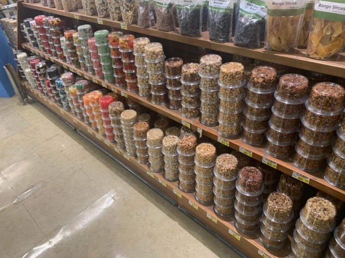 Một siêu thị đặt ngược các sản phẩm hạt dinh dưỡng, trợ giúp cho cả những người không biết tiếng Anh.
