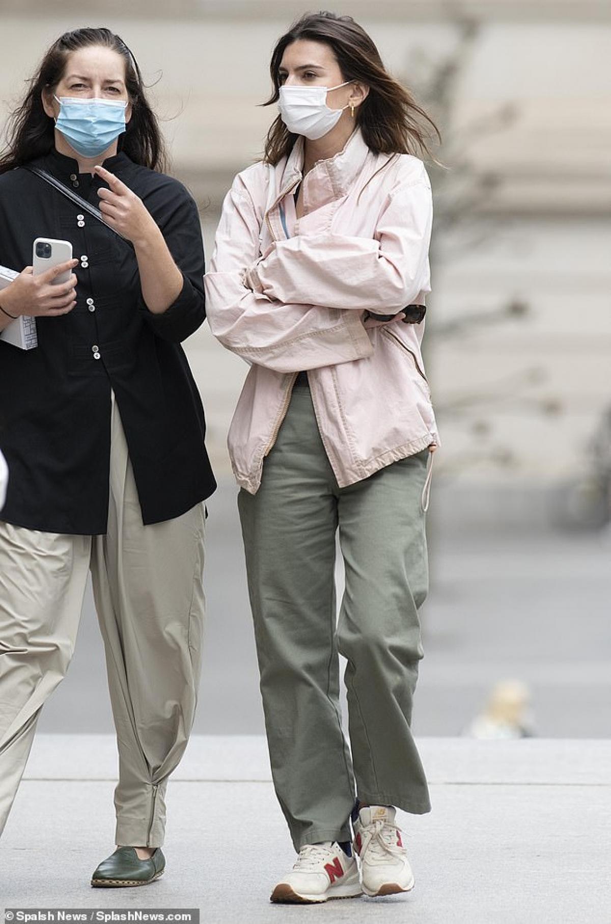 Mới đây, Emily Ratajkowski cùng người bạn thân đến xem triển lãm nghệ thuật tại Bảo tàng Metropolitan ở New York.