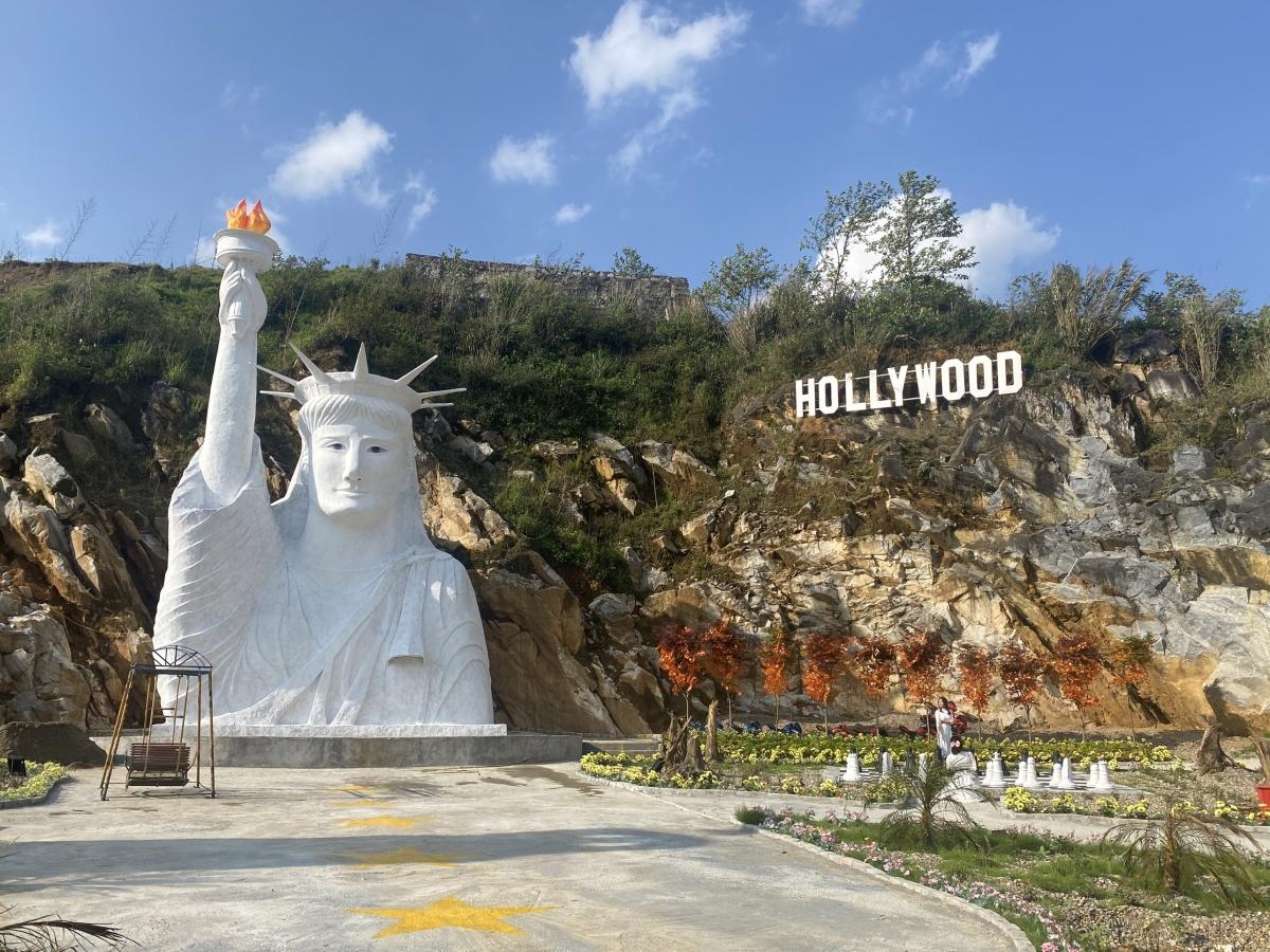 """Tượng nữ thần tự do phiên bản """"hoạt hình"""" khiến du khách xôn xao. Ảnh: Nguồn Phòng Văn hóa Sa Pa"""