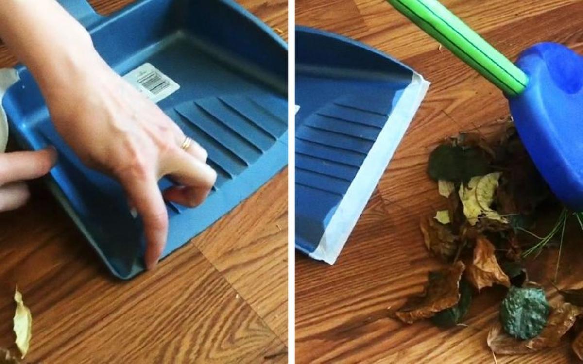 Hãy dán băng dính vào méo chổi quét rác để lấy sạch bụi trên sàn nhà.