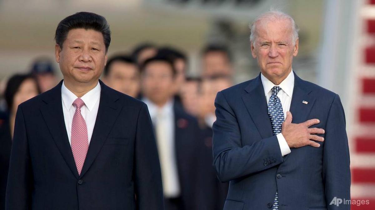 Chủ tịch Trung Quốc Tập Cận Bình và ông Joe Biden khi đó là Phó Tổng thống Mỹ trong một buổi lễ tại Căn cứ Không quân Andrews ngày 24/9/2015. Ảnh: AP