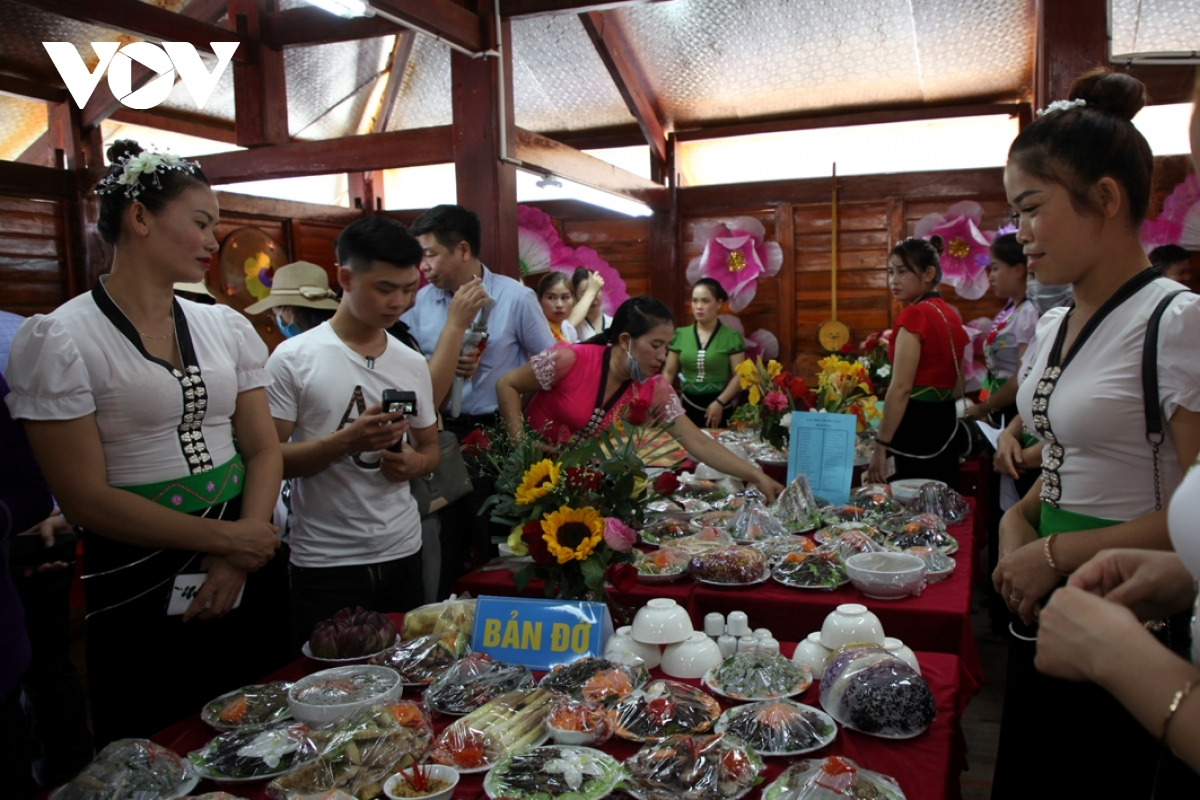 The highlight of the festival is a corner which displays the traditional dishes of the white Thai people.