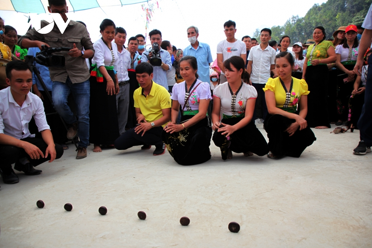 Ethnic people enjoy participating in folk games.