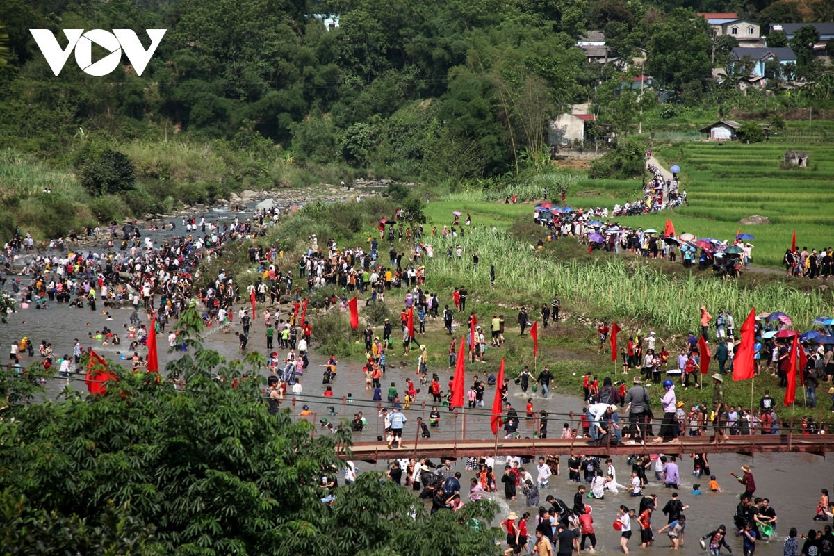 The Then Kin Pang festival helps to preserve and promote the cultural values of the Thai ethnic people in the northwestern region whilst strengthening solidarity among various ethnic groups.