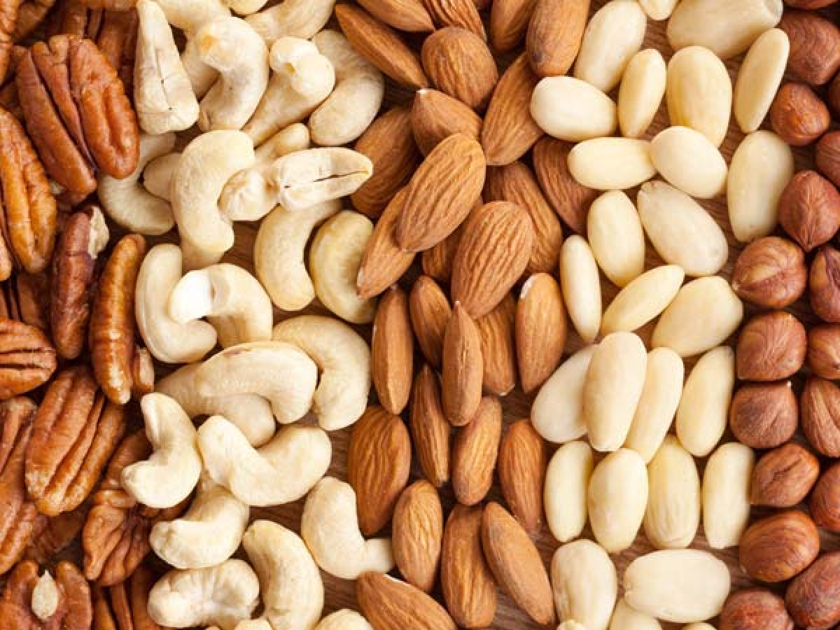 Tăng cường ăn các loại quả hạch: Các loại quả hạch như hạnh nhân, quả óc chó hay hạt điều là những nguồn chất xơ và protein dồi dào, giúp đẩy nhanh quá trình giảm cân của bạn. Các chất này cũng giúp bạn no lâu hơn.
