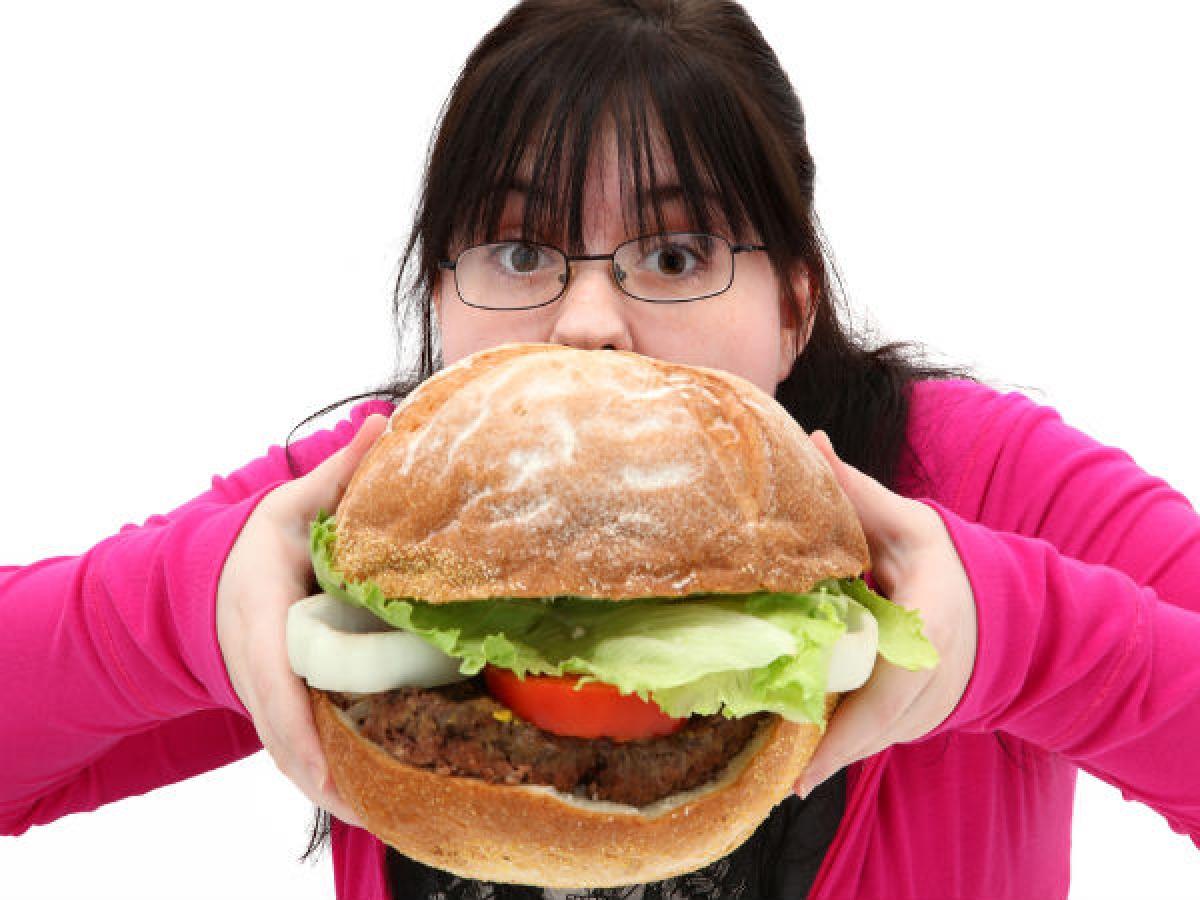 """""""Gian lận"""" đúng lúc: Một bữa ăn """"gian lận"""" trong thời gian ăn kiêng sẽ không ảnh hưởng quá nhiều đến kết quả cuối cùng, nhưng bạn cần lựa chọn thời điểm """"gian lận"""" phù hợp và cũng nên lên kế hoạch cho bữa ăn """"gian"""" này từ trước."""