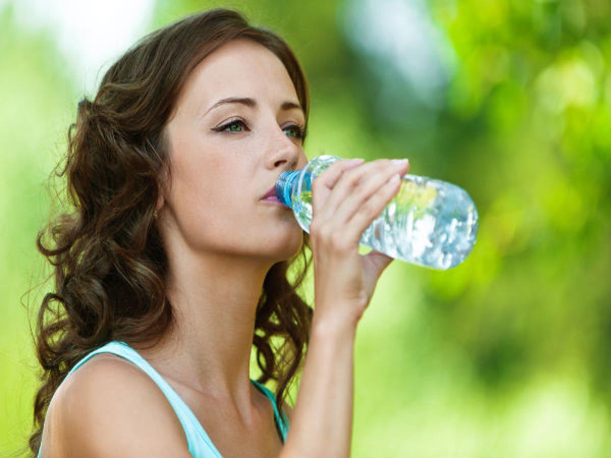 Uống đủ nước: Nước sẽ là người bạn đồng hành quan trọng nhất của bạn trên con đường đạt tới cân nặng lý tưởng. Nước sẽ giúp bạn cảm thấy no hơn, từ đó ăn ít calo hơn.