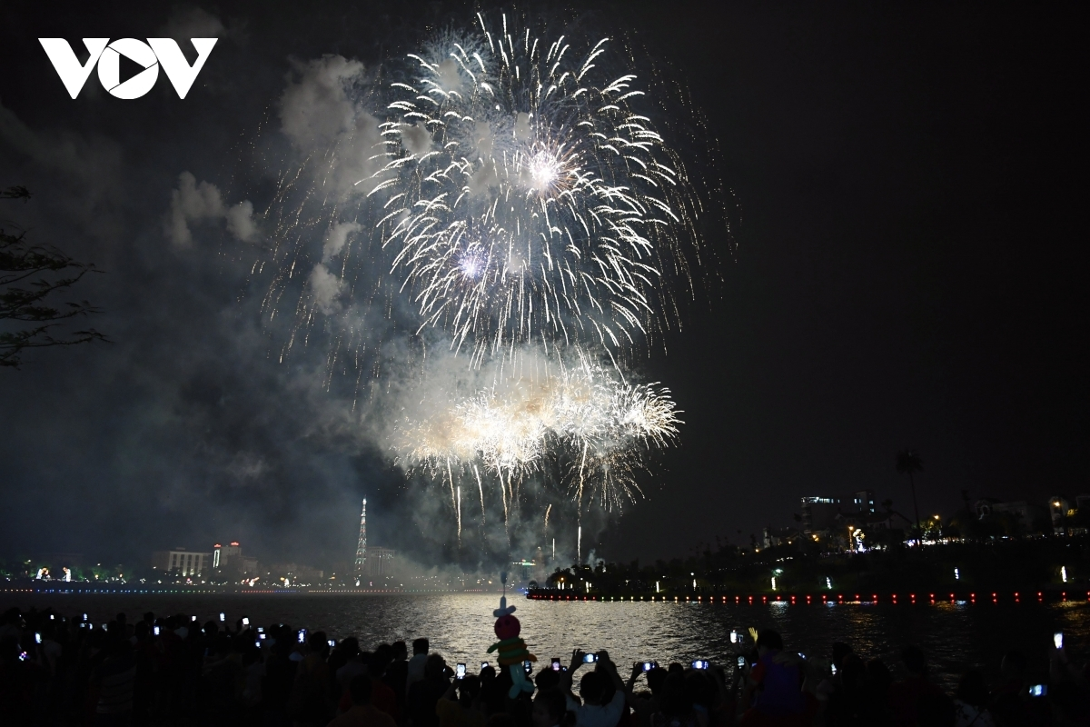 Tens of thousands of people from across the nation, including pilgrims and travelers, flock to Van Lang Park in Viet Tri city to enjoy the show.