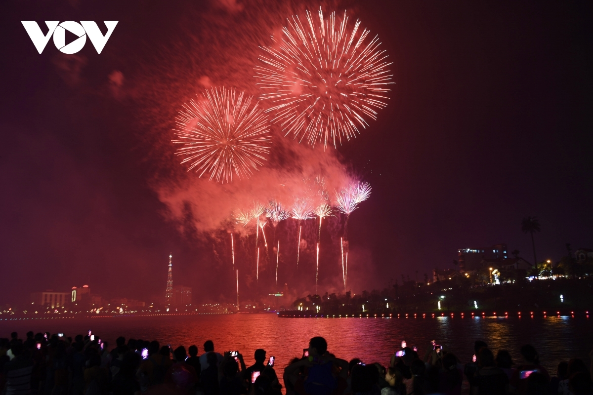 Organisers say about 8,500 fireworks (7,500 low-range and 1,000 high-altitude) go off, lighting up the night sky.