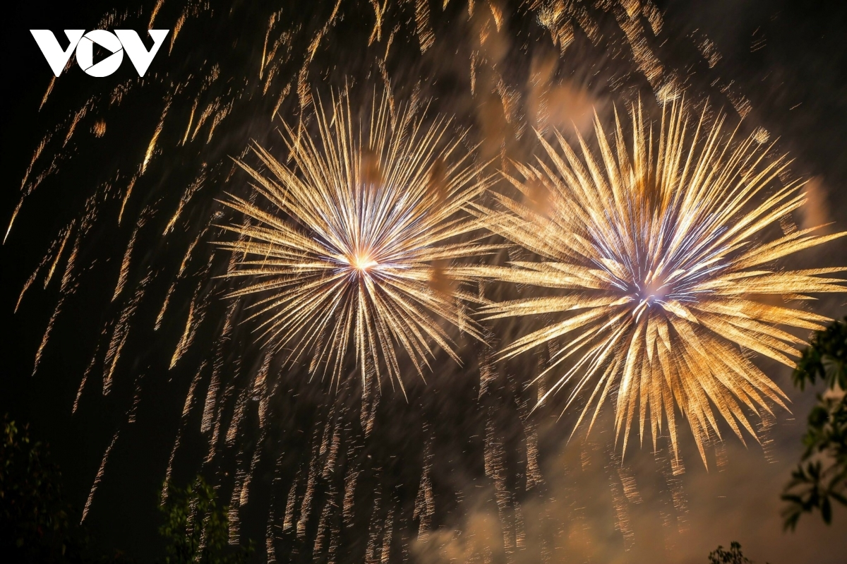 The local fine weather on April 20 night helps local people, pilgrims and travelers to easily observe the fireworks from all directions around the Van Lang Lake.