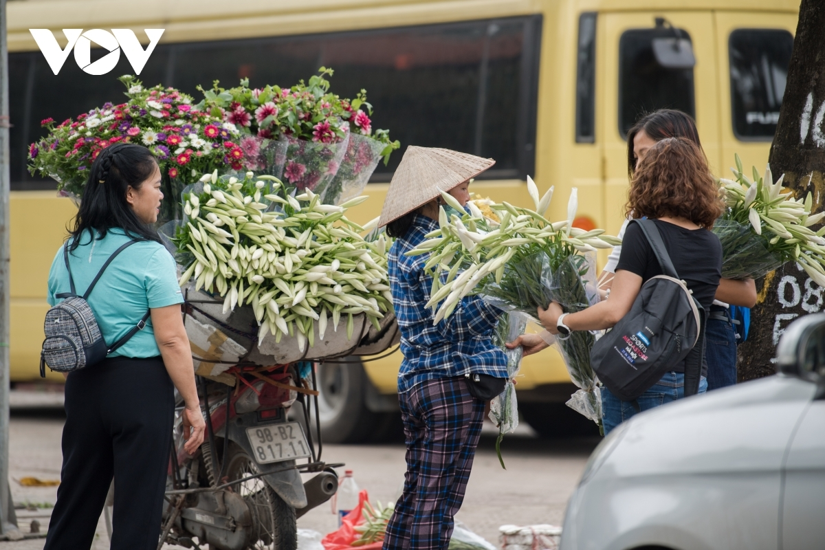 Although lilies are rather expensive during the early season, these flowers are favourites among many local people who are keen to buy them by the bunch.