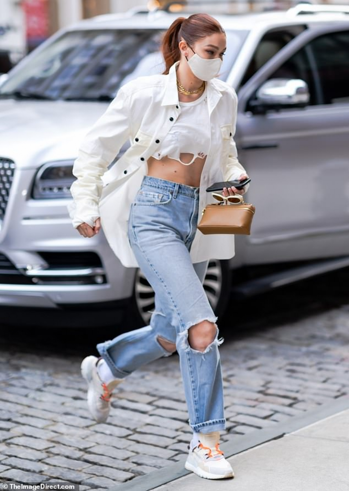 Gigi Hadid vội vã rời khỏi studio sau buổi chụp hình ở New York diễn ra hôm 11/4 vừa qua.