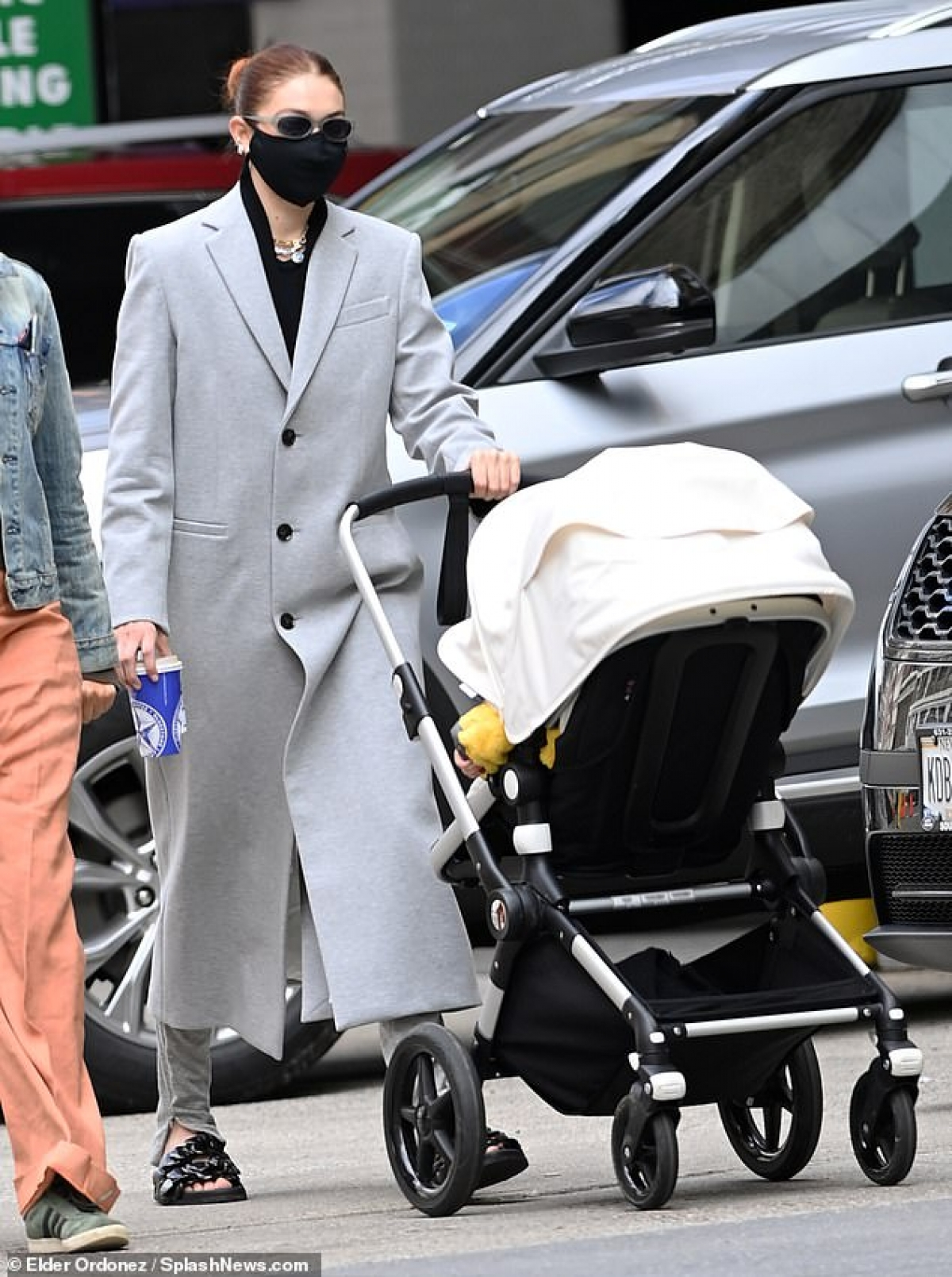 Gigi Hadid đưa con gái Khai đi chơi ở New York hôm 13/4 vừa qua.