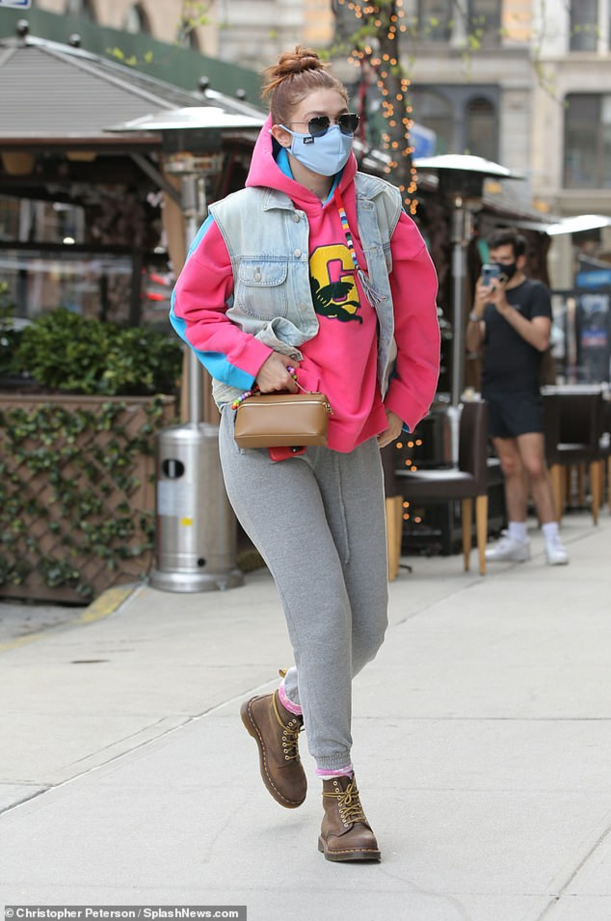"""Gigi Hadid trở thành """"tâm điểm"""" của sự chú ý khi một mình ra phố ở New York ngày 20/4, theo giờ địa phương."""